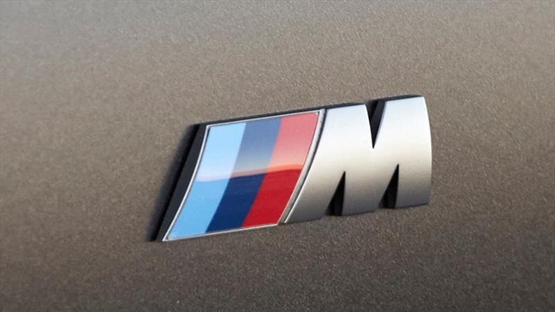 Por qué el emblema de BMW M lleva los colores rojo y azul