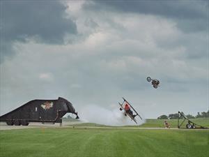 Video: Una moto salta por encima de un avión