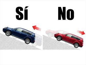 ¿Cómo debes arrancar un auto en pendiente?