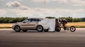 Ciclista rompe récord de velocidad pedaleando detras de un Porsche Cayenne