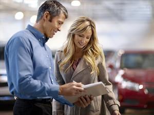 5 cosas que nunca debes decirle al vendedor de un distribuidor de automóviles