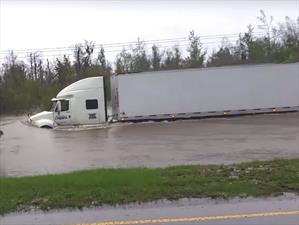Camión intenta pasar por un camino inundado