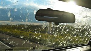 Cómo quitar los mosquitos y la suciedad del parabrisas del automóvil