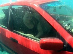 ¿Cómo salir con vida de un auto que se hunde en el agua?