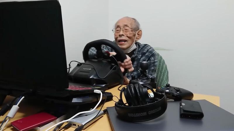 """Video: hombre de 93 años se vuelve """"geek"""" de los simuladores"""