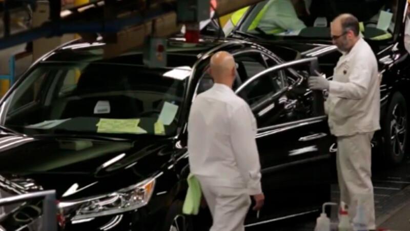 Empleados de oficina de Honda ayudan a fabricar autos