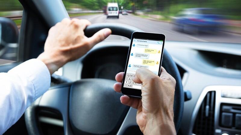 ¿Por qué no es bueno usar el celular mientras manejo?