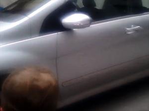 Una nena de dos años identifica a qué marca pertenece cada auto