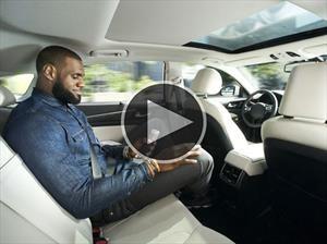 LeBron James vence su miedo a los vehículos autónomos
