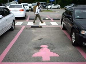 Crean lugares de estacionamiento exclusivos para mujeres en China