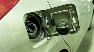 ¿De qué depende que los automóviles tengan el tapón de gasolina en el lado derecho o izquierdo?