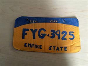 Policía de NY arresta a mujer que conducía auto con placas de cartón