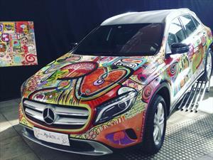 Mercedes Benz pinta un auto para Art Stgo