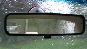 ¿Cómo trabaja la protección antirreflejo en el espejo retrovisor?