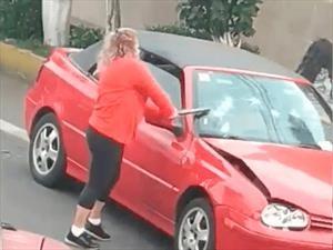 Mexicana iracunda destruye auto; le apodan #LadyChoques