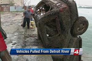 Policía encuentra 17 autos hundidos en el río Detroit