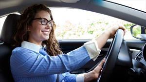 Estos son los errores más comunes que cometen las mujeres al manejar