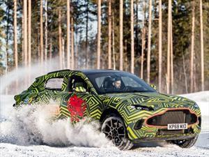Aston Martin DBX juega en la nieve antes de su debut