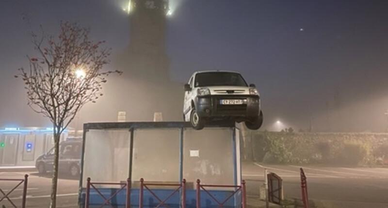 ¿Cómo terminó este Peugeot Partner sobre una parada de colectivos?