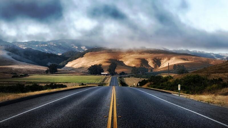 ¿Cuál es la mejor manera de encarar una bajada ahorrando combustible?