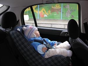 ¿Por qué mi hijo no debe usar chamarra cuando viaja en la silla de seguridad?
