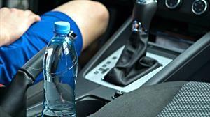 Ojo con el agua embotellada que deja durante largos periodos en su automóvil