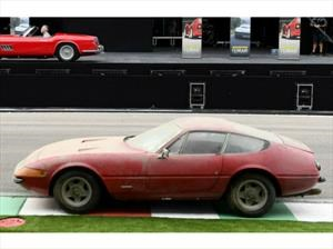 Un Ferrari 365 GTB/4 Daytona muy polvoso y único es subastado en un precio récord