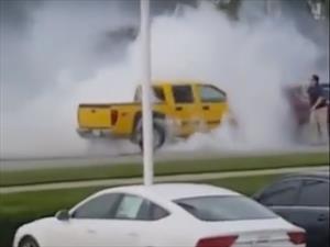 Conductor sufre shock y quema los neumáticos de su pick up durante un minuto