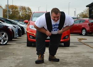 Hombre rompe récord al arrastrar 14 autos