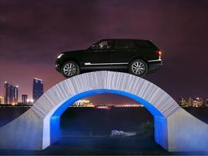 Un Range Rover cruza un puente de papel