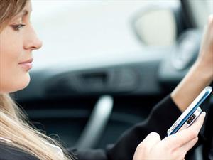 ¿Las mujeres envían más mensajes de texto mientras manejan?