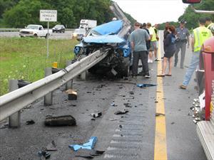 Un Dodge se parte a la mitad contra un guardarrail y milagrosamente el conductor se salva
