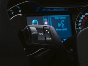 Los sistemas activados por voz distraen a los conductores