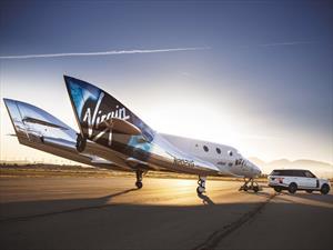 Un Range Rover remolca a la aeronave Virgin Galactic II