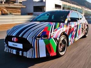 Hyundai Veloster 2019 rueda con un colorido camuflaje