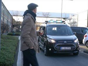 Ford prueba comunicación con vehículos autónomos mediante sistema de luces