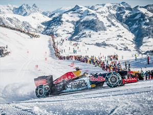 Un Fórmula 1 de Red Bull desciende por una pista de esquí