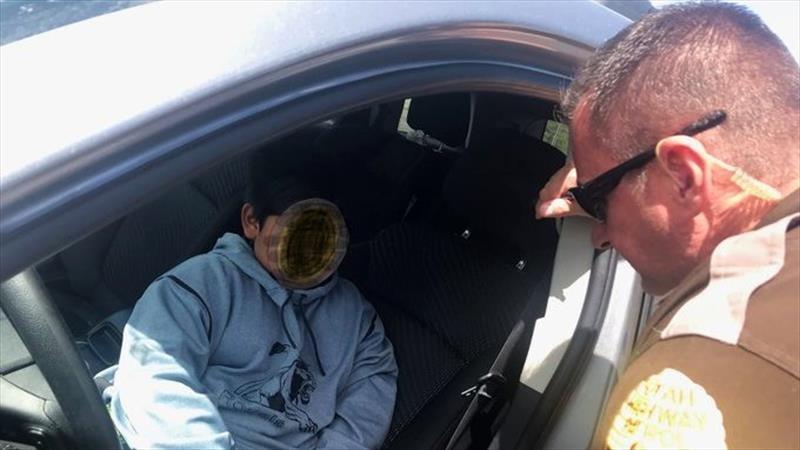 Policía de Utah detiene a un niño 5 años de edad; conducía una camioneta en una autopista