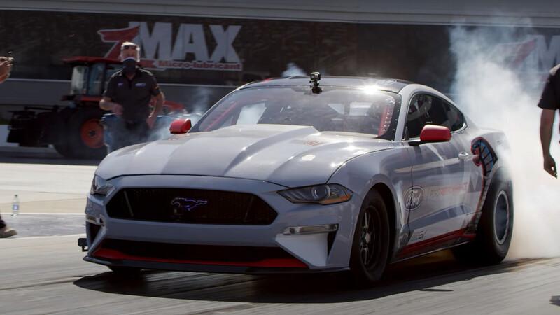 Video: Ford Mustang Cobra Jet vs  Mustang Mach-E, duelo de eléctricos