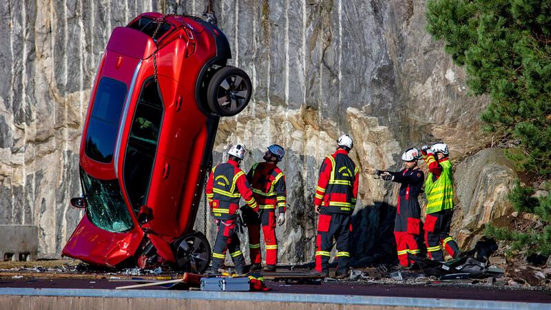 Volvo tira sus autos desde 30 metros de altura para comprobar su seguridad