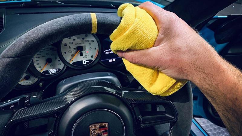 ¿Tienes un auto con volante forrado de Alcántara y se ve sucio?