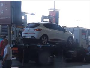 Carro es llevado por la grúa en menos de 60 segundos