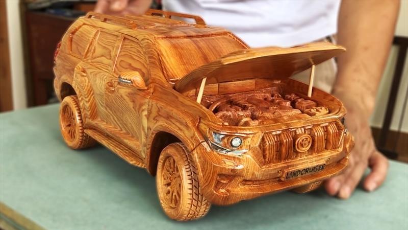 Estos carros a escala son fabricados en madera tallada