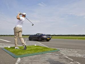 Mercedes-Benz SLS AMG Roadster atrapa bola de golf a 200 Km/h