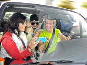 Los británicos se sacan selfies y hacen video-llamadas mientras manejan