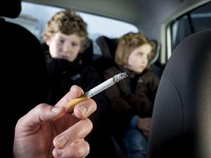 Prohibirán fumar en los autos si hay niños presentes en el Reino Unido