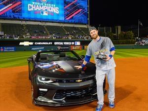 Ben Zobrist de los Cubs de Chicago recibe un Chevrolet Camaro