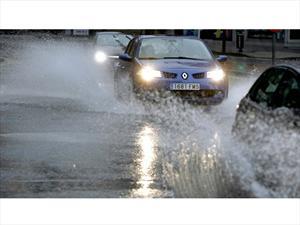 5 errores que se cometen al manejar con lluvia