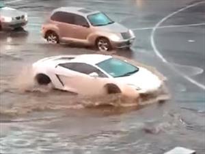 Un Lamborghini Gallardo cruza una inundación