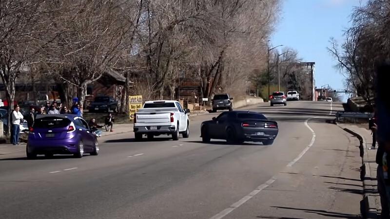 Video: imprudente conductor de Dodge Challenger Hellcat causa accidente